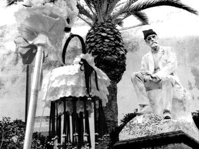 El pal i la cistella de les Caramelles Sitgetanes davant el monument al Dr. Robert amb la barretina al cap | Font: Joan Comas Ferré