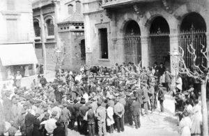 Cantada de caramelles davant l'Ajuntament a finals del segle XIX | Font: Sebastià Giménez Mirabent