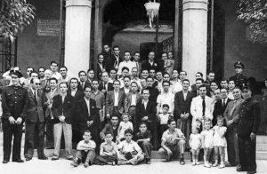 Colla de caramelles d'El Retiro davant l'Ajuntament l'any 1942 | Font: Societat Recreativa El Retiro